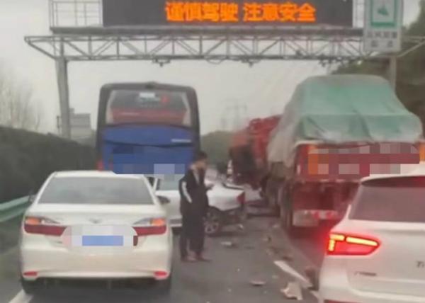 今晨沪芦高速6车追尾 目前事故已处理完毕