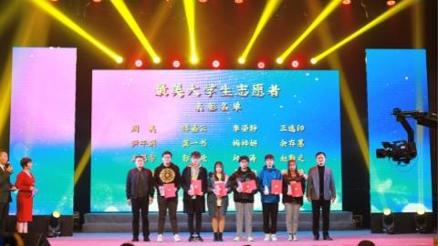 """他们是身边""""最美""""的志愿者 青浦徐泾镇的80位""""微笑四叶草""""受表彰"""