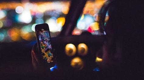 西班牙交通新规:开车碰手机就会被罚款