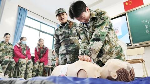 """让每个高中生都有能力成为""""盛晓涵""""上海已在高中军训中普及紧急救护课程"""