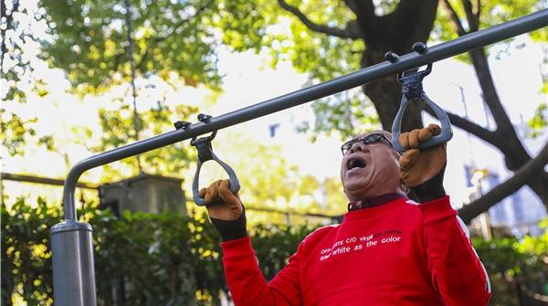 """申动丨硬核爷爷爱健身!86岁的""""运动民星""""是怎样""""练""""成的?"""