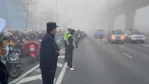 雾锁申城,今天多条高速限速封闭