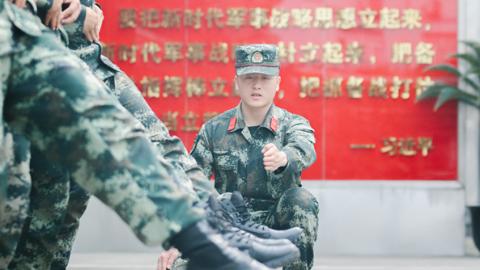 """武警上海总队执勤第二支队班长兰然军获第7届""""武警部队十大标兵士官""""称号"""