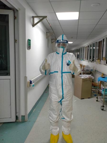 图说:进入病房前,为自己打气 采访对象供图.jpg