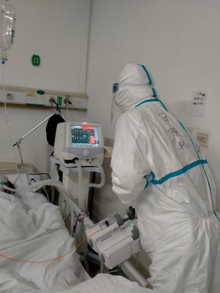 图说:马骏驰照料病人 采访对象供图.jpg