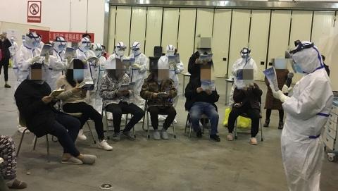 昨日,武汉客厅方舱医院首批17名患者出院