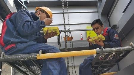 新凡人歌·同心抗疫 |千里驰援宜昌安装电梯,他们连续60小时作业完工