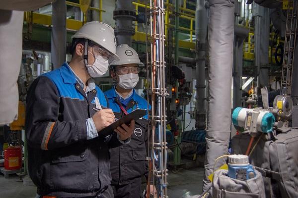 图片说明:科思创上海一体化基地生产部门员工在装置内巡检.jpg