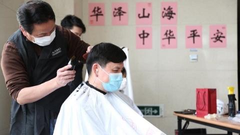 tony老师们上门给医务人员理发,张文宏很满意新发型