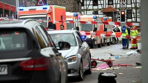 29岁男子驾车冲入德国狂欢节游行人群 约30人受伤