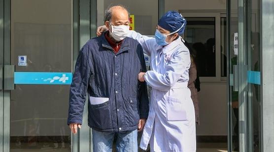 上海首位出院的新冠肺炎危重患者,今天回家前哽咽了:谢谢你们把我当孩子一样照顾