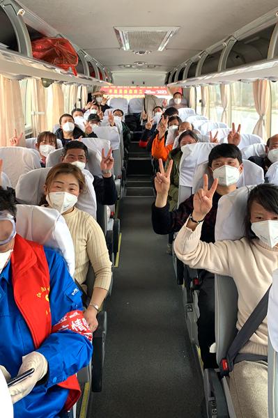 返沪人员在车上全程戴口罩,并隔位而坐(久通商旅供图).jpg