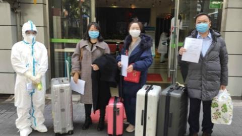 """在上海同行帮助下隔离观察并想办法再上""""战场"""" 武汉医生重回一线送出最好""""礼物"""""""