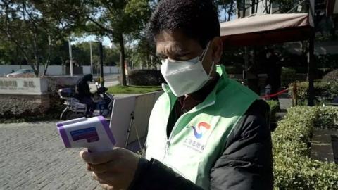 """抗疫在社区  """"巴铁""""兄弟买来500只口罩送居委,在华漕活跃着一群外籍志愿者"""