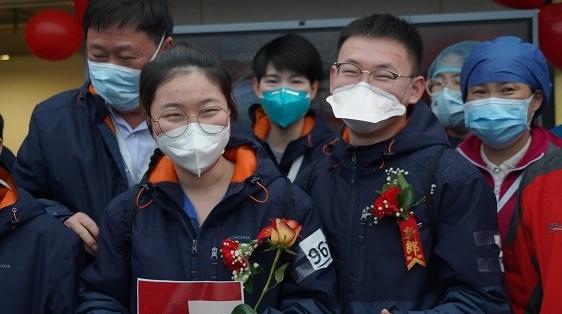 """在雷神山举办婚礼!上海""""95""""后援鄂情侣抗疫一线完成人生大事"""