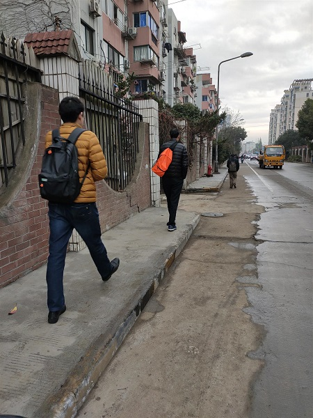 行人走在新修的人行道上.jpg
