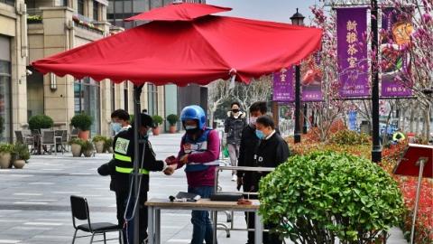 亮燈的店多起來了!張江長泰廣場:導購不近身消毒高頻次 讓人安心
