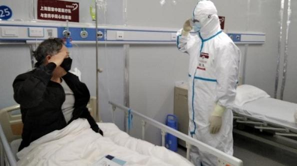 雷神山医院感人一幕:28年军龄的上海医生回礼致敬30年军龄的患者!