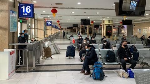 7时10分两名司机载着两名乘客驶往淮安,上海至长三角部分客运班线今恢复运营