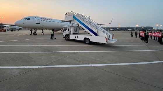 17:51平安落地虹桥机场 接援鄂医护人员回上海的东航乘务长说着说着就哭了