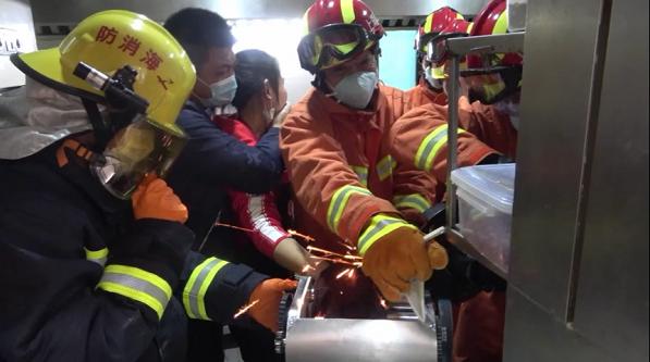 十指連心!女子手卡攪面機 消防員迅速救援