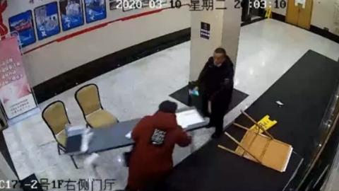 不滿醫院探病管理,悍婦竟掀桌子、連打保安四記耳光……