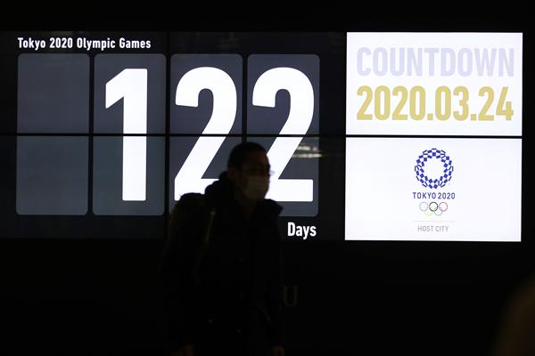 2020年3月24日,行人经过日本东京新桥地区显示东京奥运会倒计时天数的电子屏-新华社downLoad-20200325095218_副本.jpg