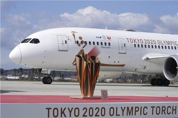 载有奥运会圣火火种的日方专机从雅典飞抵日本北部宫城县松岛 新华社图.jpg