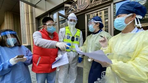 正告法律责任、签承诺书、安装门磁…上海的居家隔离有多严?记者直击民警社区管控