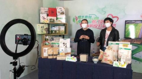 """松江女农直播""""带货"""" 2小时3.5吨大米售罄"""