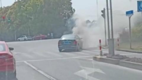 尼桑轿车自燃起火 驾驶员及时逃生