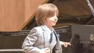 希腊七岁音乐神童创作钢琴曲《隔离圆舞曲》爆红网络