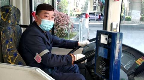 """一年多前见义勇为的公交驾驶员又当了一回""""救命恩人"""""""