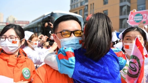 最后一批援鄂返沪队员解除隔离!雷神山出院患者与上海六院医生视频通话
