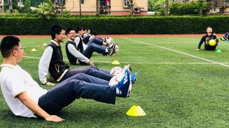 一人一器械一课到底 控江高二学子复学第一堂室外体育课这样上
