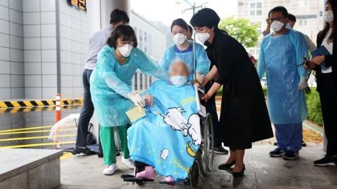 104岁!韩国新冠最年长患者康复出院