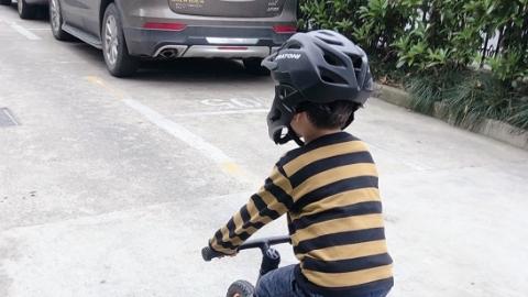 孩子骑行活动多,戴头盔很有必要