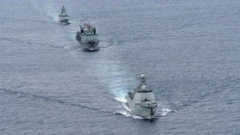 """亚丁湾上看两会!水兵们和祖国""""同呼吸"""""""