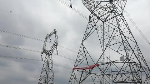 上海电网迎峰度夏进入最后冲刺阶段 首位90后青年完成500千伏带电作业