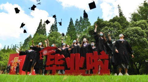 蓝天白云下,菁菁校园中,上理学子今天抛帽毕业了