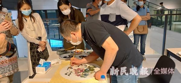 市民体验绘画获得名画家洪健补笔2_副本.jpg