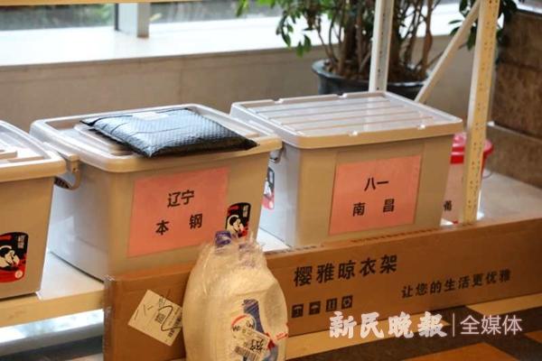 酒店大堂单独为各球队设立了快递架-李元春_副本.jpg