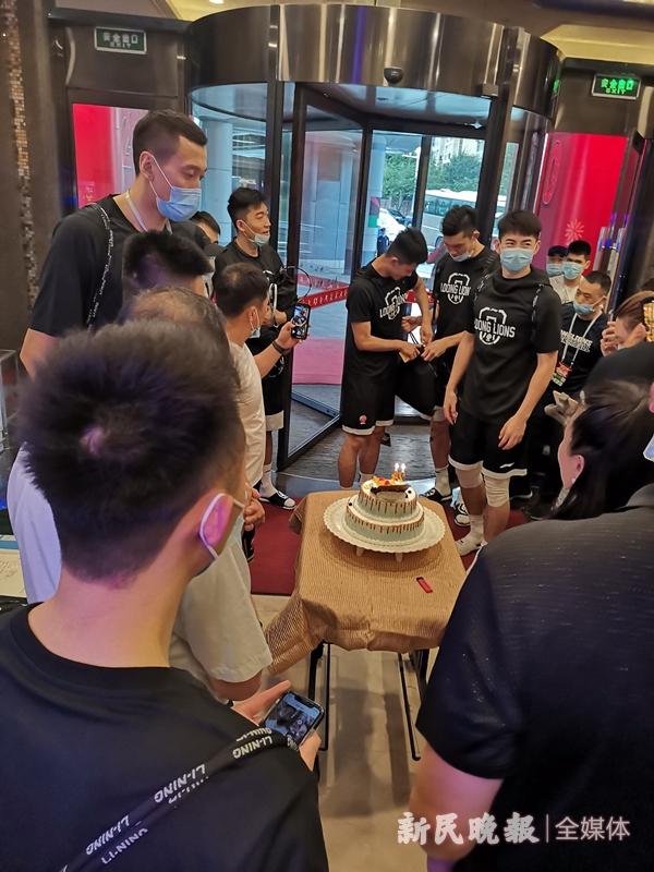 球队管家贴心为广州队球员田宇恒准备了生日蛋糕-李元春_副本.jpg