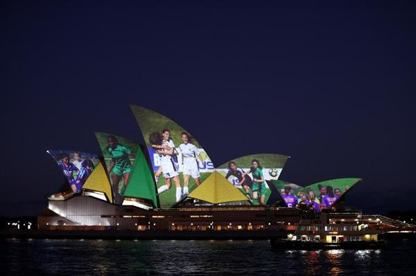悉尼歌剧院打出带有女足运动员画面的投影,以庆祝澳大利亚和新西兰获得2023女足世界杯联合举办权2-新华社_副本.png