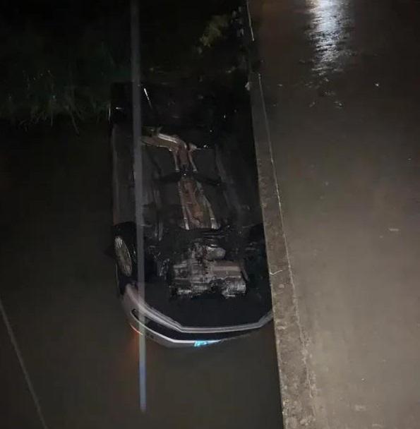出租车一头栽进了河里.jpg