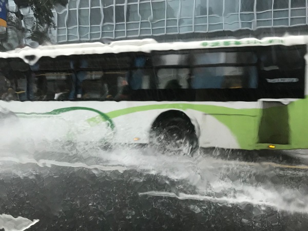 公交车溅起的水花.jpg