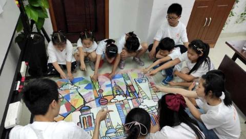 暑期禁毒课堂开讲 瓷板画大师从瓷器史讲到禁毒史