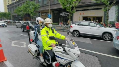 考生家长遇堵下车求助,交警摩托车开道,50分钟车程10分钟赶到