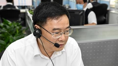 新民晚报夏令热线开通!001号志愿者、上海市副市长汤志平连接三个电话