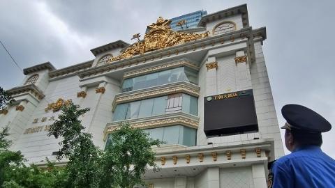 夏令热线第一单:酒店人去楼空 空留楼顶户外广告牌摇摇欲坠